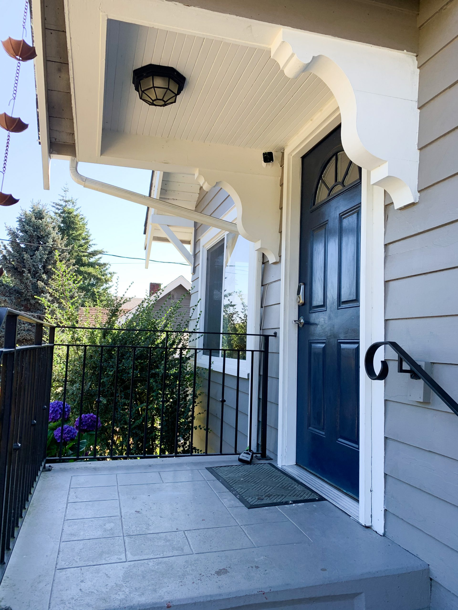 Benjamin Moore Silver Lake Chantilly Lace Exterior Paint Color .007
